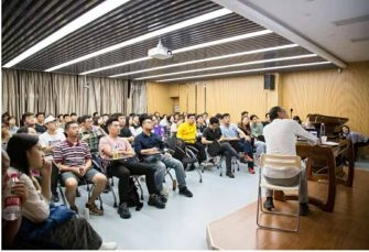 名画背后的故事:旅英画家杨迎生教授的经历与讲述